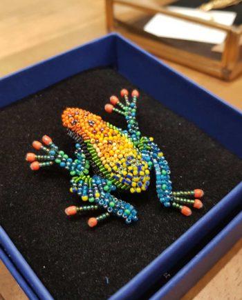 broche artisanale grenouille colorée