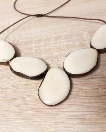 collier blanc en ivoire végétal Tagua