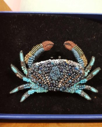 Broche artisanale crabe bleu brodée à la main