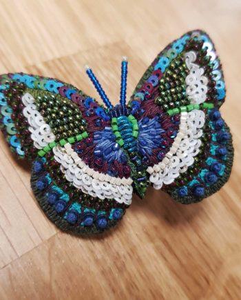 Broche artisanale d'un Papillon orange et bleu, brodée à la main