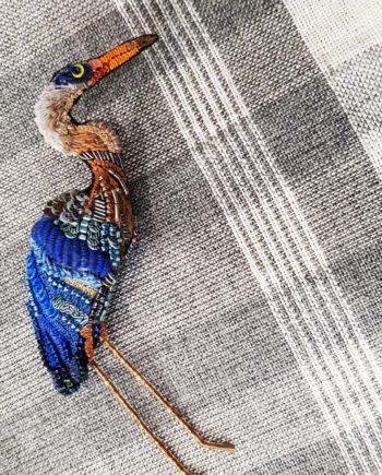 Broche artisanale d'un oiseau Héron brodée à la main