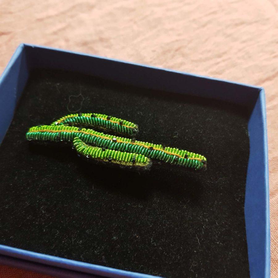 Broche artisanale cactus vert brodée à la main
