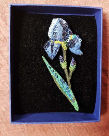 Broche artisanale d'un Iris bleu brodée à la main