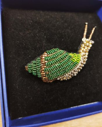 Broche artisanale escargot vert brodée à la main