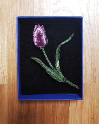 Broche artisanale d'une Tulipe mauve, brodée à la main