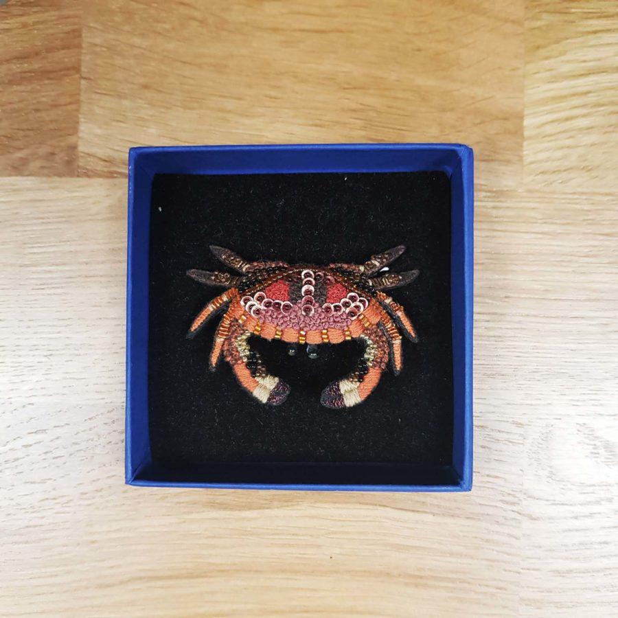 Broche artisanale crabe rose brodée à la main