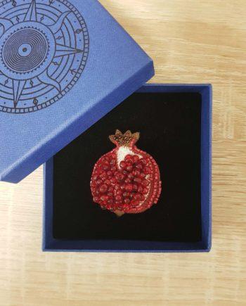 Broche artisanale d'un fruit Grenade brodée à la main