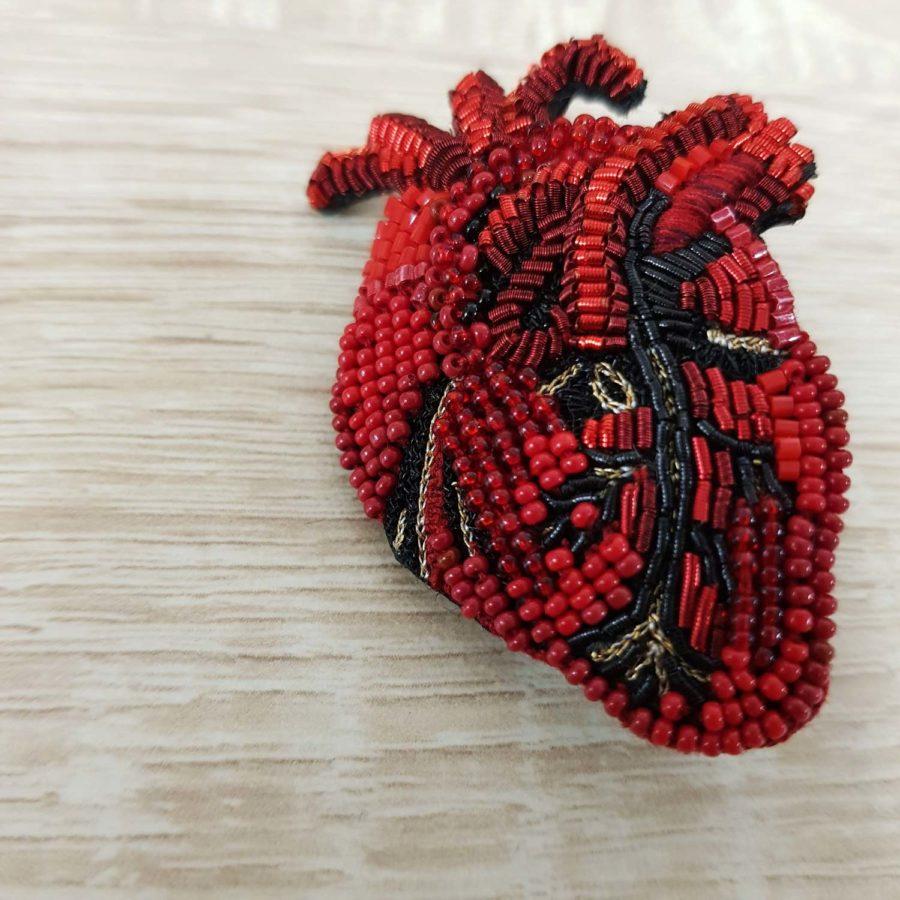 broche brodée à la main d'un coeur rouge