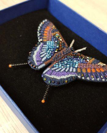 Broche artisanale d'un Papillon mauve et bleu, brodée à la main