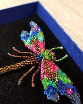 broche brodée à la main de libellule rose et bleu