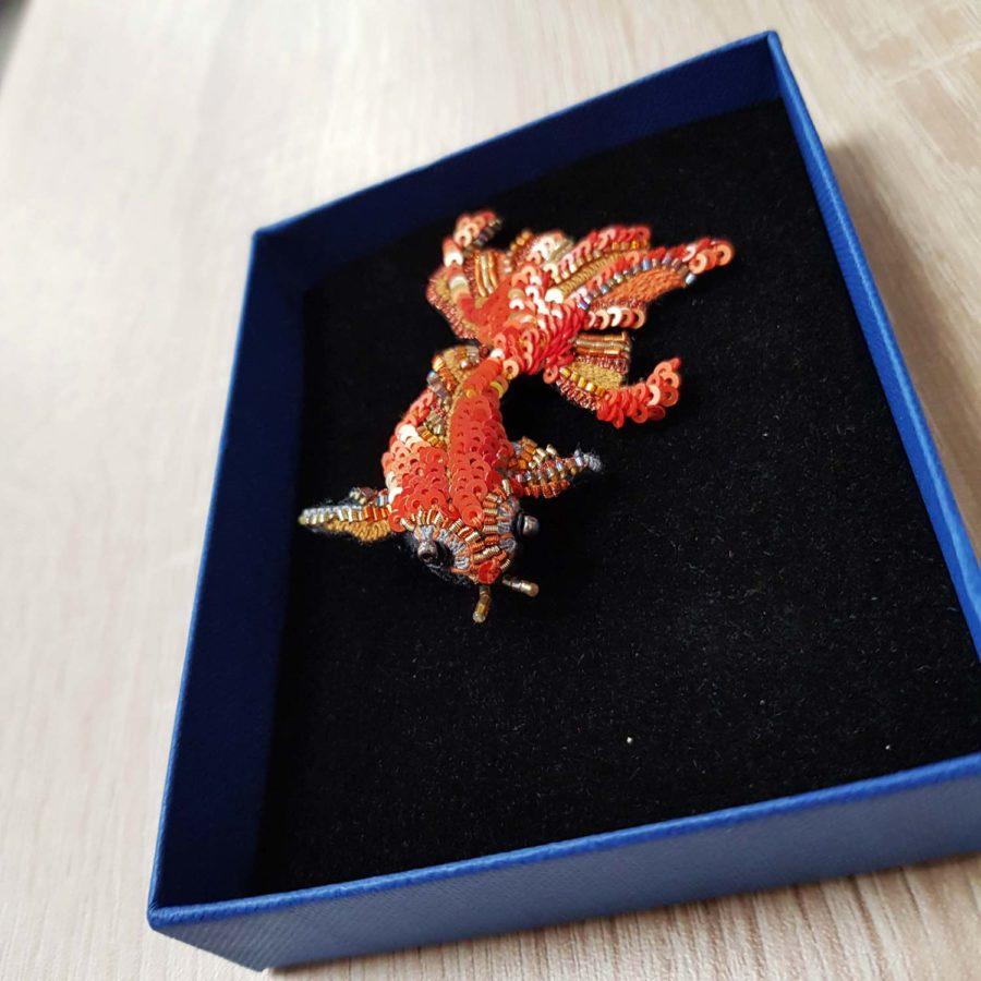 Broche artisanale d'un Poisson japonais ide brodée à la main