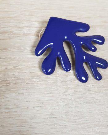 broche forme corail en corne laquée bleu violet