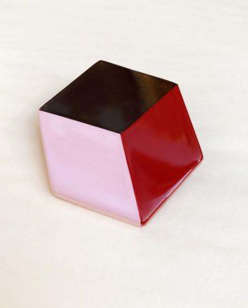 broche indochineur rouge laque géométrique