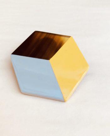 broche indochineur jaune laque géométrique