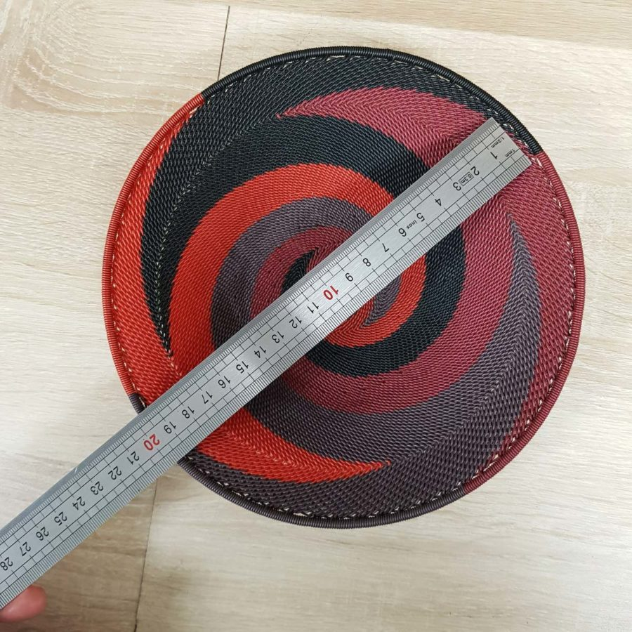 plat rouge et noir en fil de téléphone artisanat sud africain