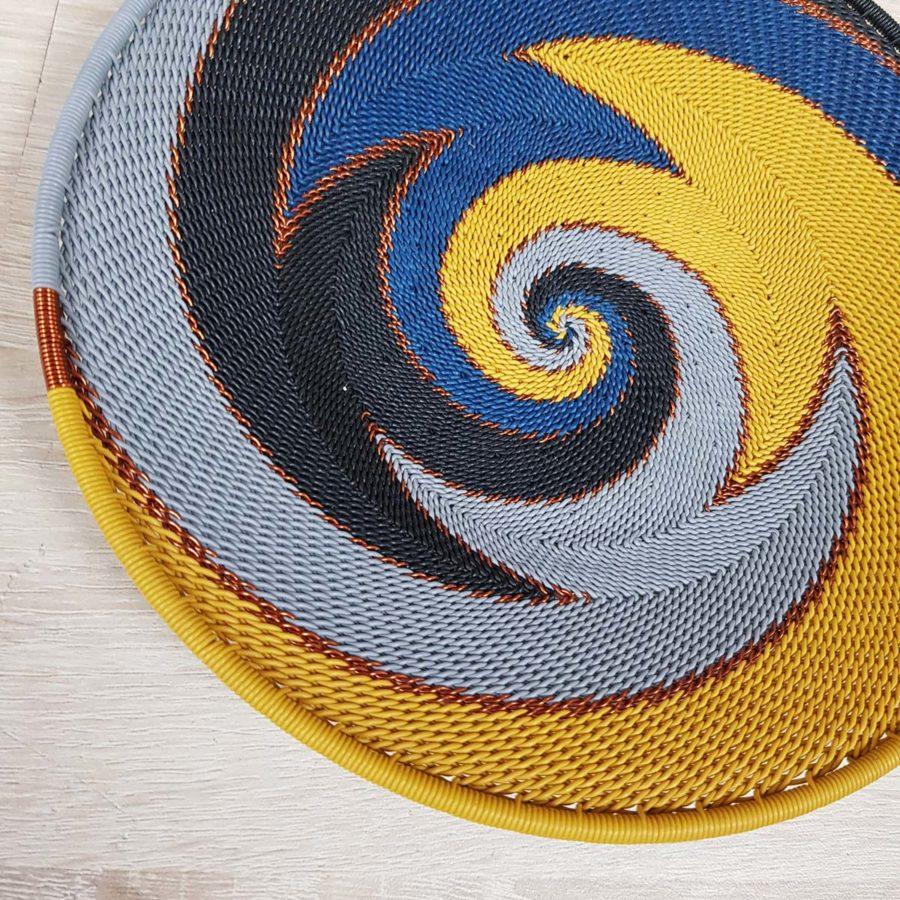 plat jaune bleu et gris en fil de téléphone artisanat sud africain