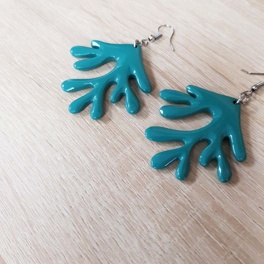 boucles d'oreille en corne laquée bleu en forme de corail indochineur