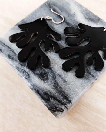 boucles d'oreille en corne laquée noir en forme de corail indochineur