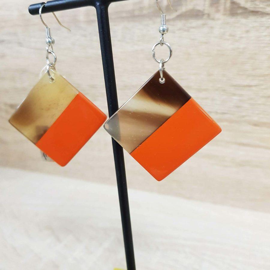 Boucles d'oreille carrées en corne blonde et laquée orange, artisanat vietnamien