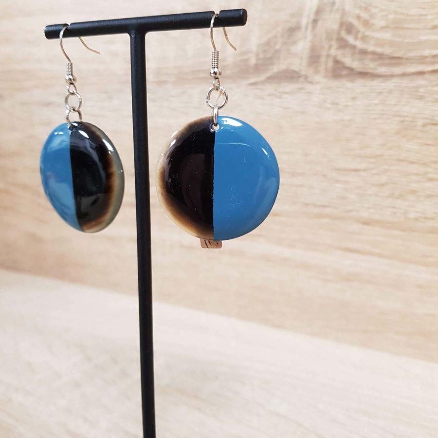 Boucles d'oreilles rondes style dormeuse en corne brune et laquée bleu clair, artisanat vietnamien