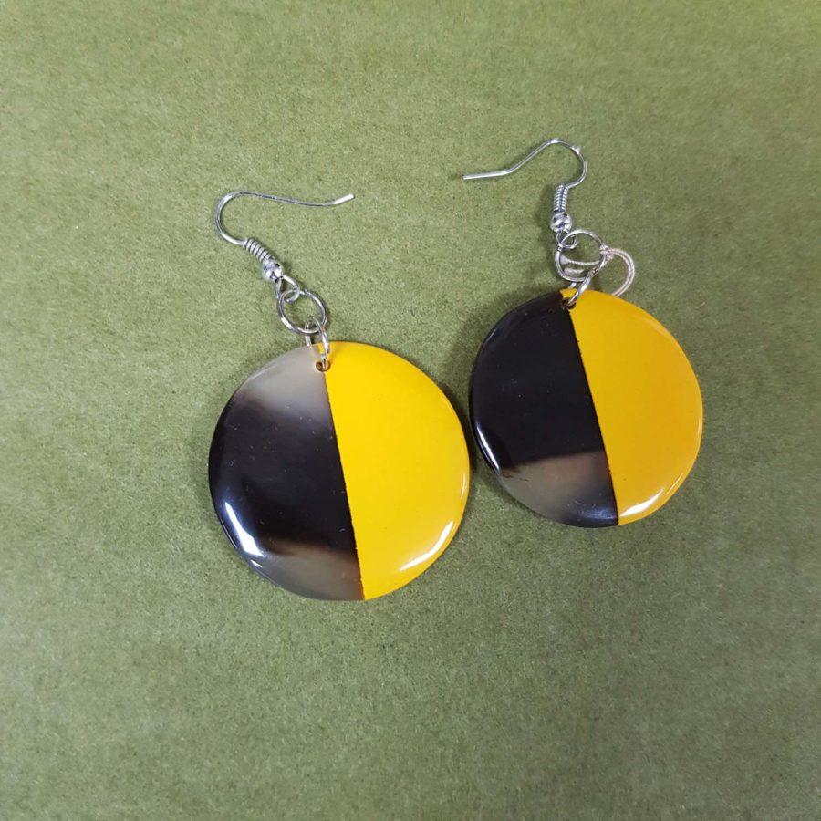 Boucles d'oreilles rondes style dormeuse en corne brune et laquée jaune, artisanat vietnamien