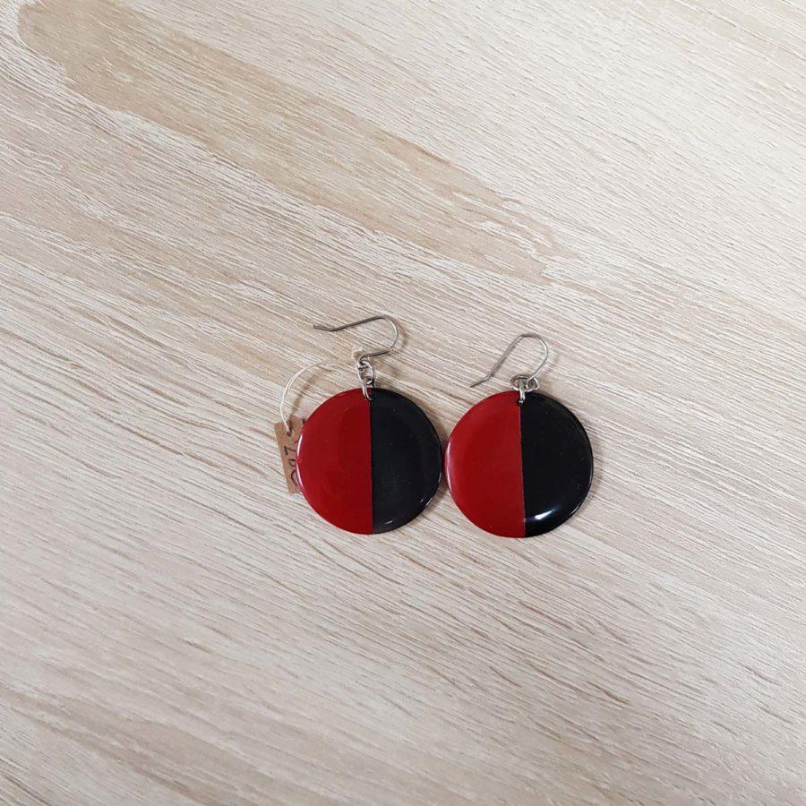 Boucles d'oreilles rondes style dormeuse en corne brune et laquée rouge artisanat vietnamien