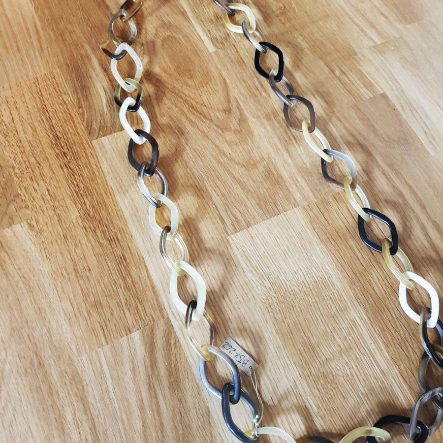 Sautoir fait de petits anneaux ovales imbriqués en corne blonde - Artisanant Vietnam