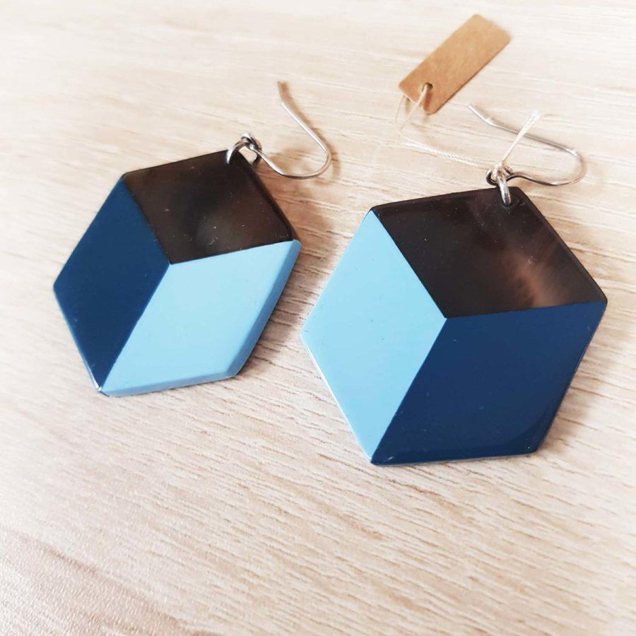 Boucles d'oreille graphiques carrées en corne brune et laque bleue - Artisanat du Vietnam