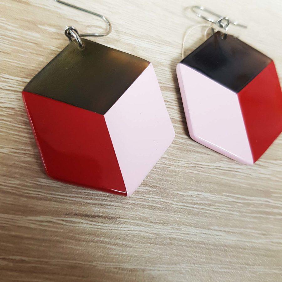 Boucles d'oreille graphiques carrées en corne brune et laque rouge - Artisanat du Vietnam