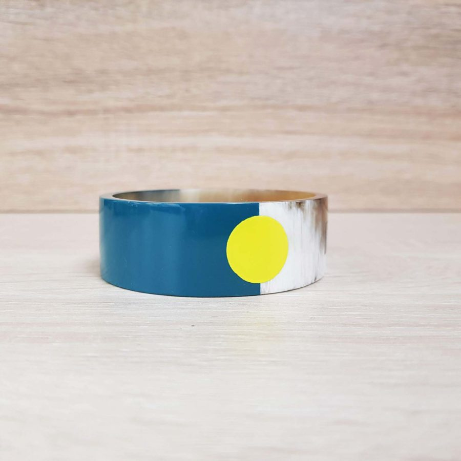 Bracelet graphique en corne blonde laquée jaune, noir et bleu canard - Artisanat vietnamien