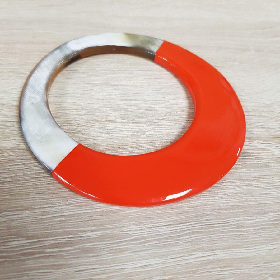 Bracelet elliptique irrégulier en corne blonde et laque orange - artisanat vietnamien