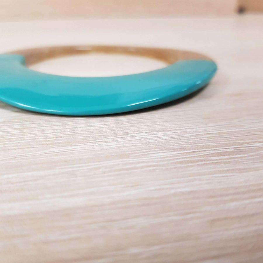 Bracelet elliptique irrégulier en corne blonde et laque vert d'eau - artisanat vietnamien