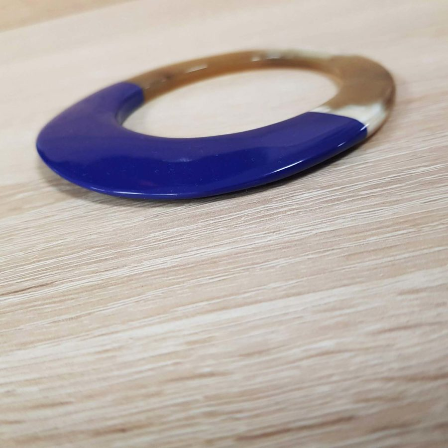 Bracelet elliptique irrégulier en corne blonde et laque bleu-violet - artisanat vietnamien