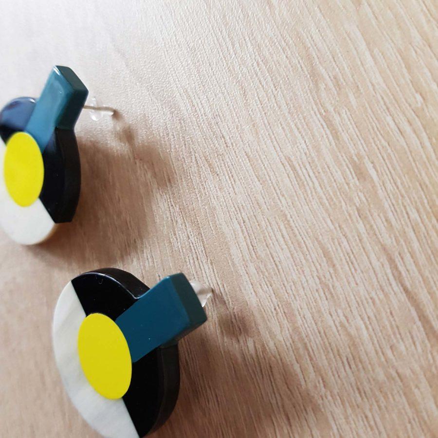 Boucles d'oreille en corne blonde laquée jaune, noir et bleu canard - Artisanat vietnamien