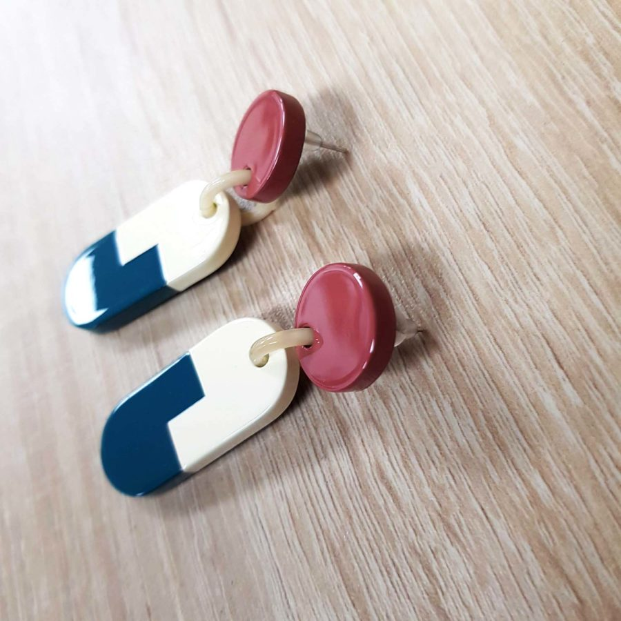boucles d'oreille graphique en corne blonde laquée rose, blanc et bleu canard - Artisanat vietnamien