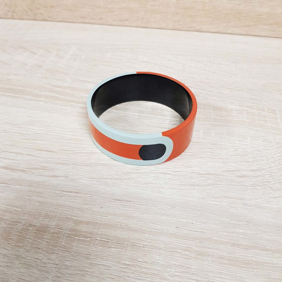 Bracelet graphique en corne blonde laquée orange, noir et bleu clair - Artisanat vietnamien