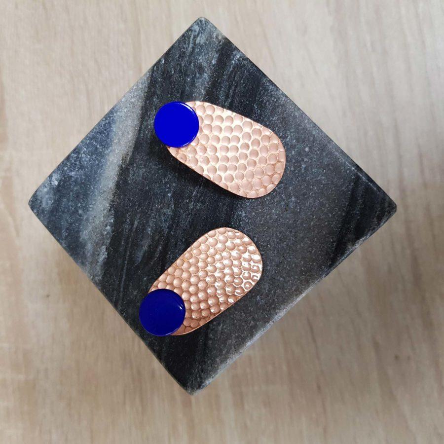 Boucles d'oreille en cuivre martellées avec pastilles laquées bleu - artisanant vietnamien