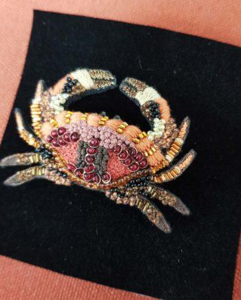 Broche artisanale d'un crabe rose et saumon, brodée à la main, broderie et perles