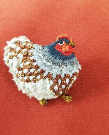 Broche artisanale d'une belle grosse poule dodue, brodée à la main, broderie et perles