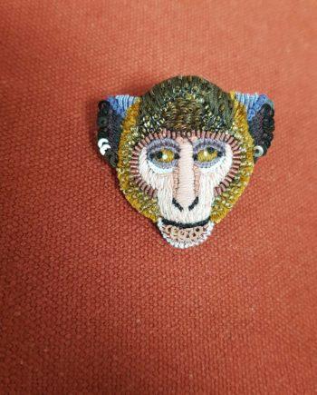Broche artisanale tête de singe macaque, brodée à la main, broderie et perles