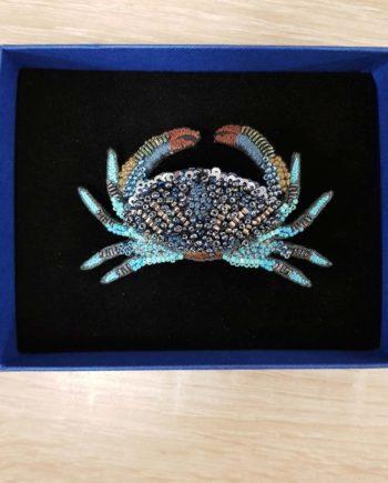 Broche artisanale d'un crabe bleu, brodée à la main, broderie et perles