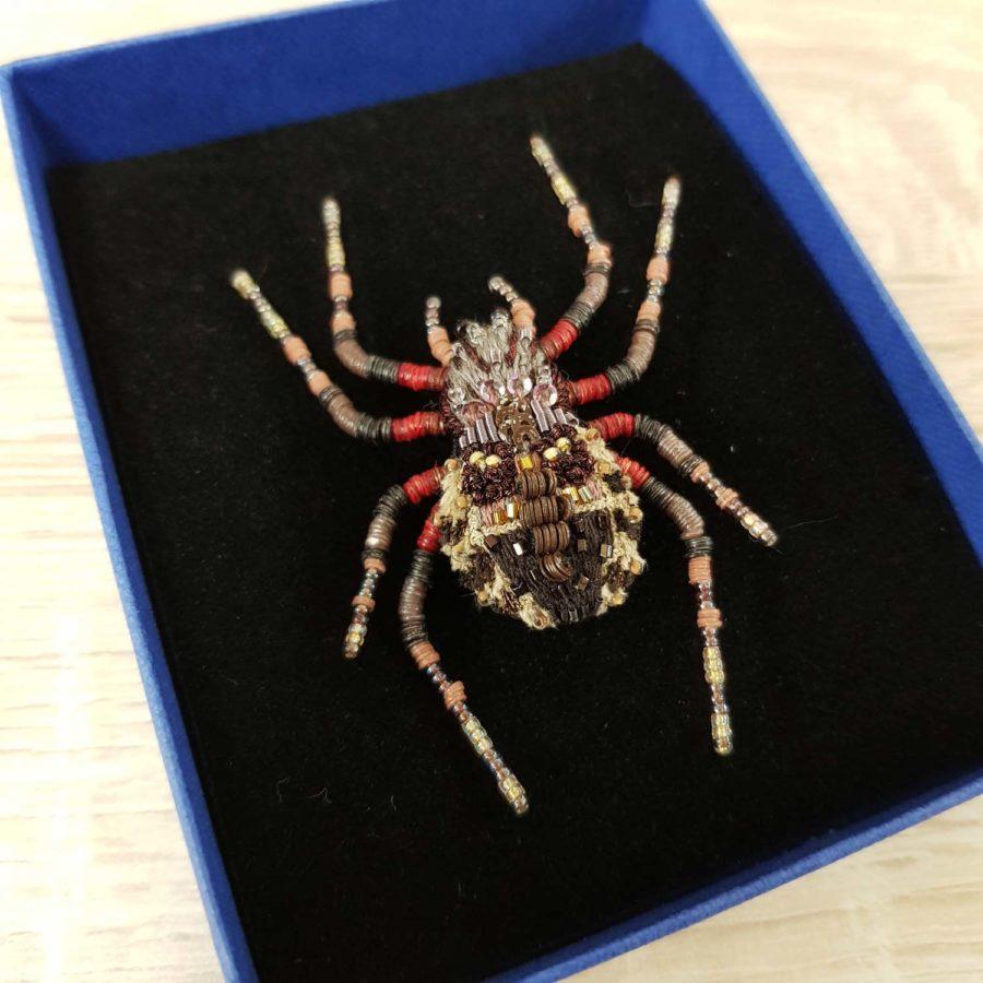 Broche artisanale d'une Araignée, brodée à la main, broderie et perles