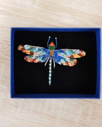 Broche artisanale d'une libellule colorée, brodée à la main, broderie et perles