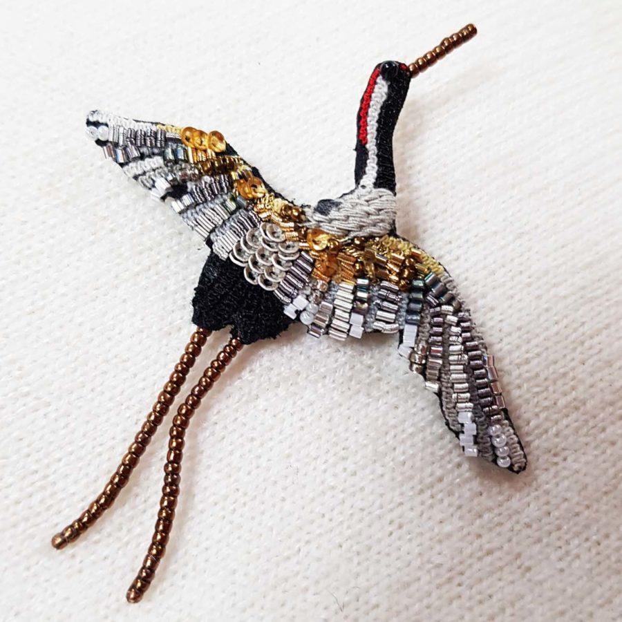 Broche artisanale d'un Héron oiseau, brodée à la main, broderie et perles