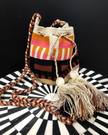 Sac mochila Wayuu tissée main coloré beige, rose et orange
