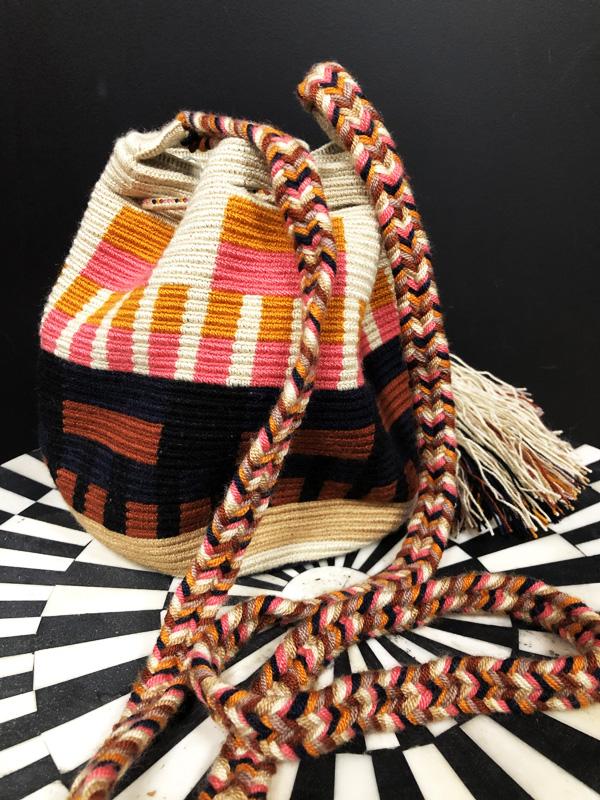 Sac mochila Wayuu tissée main coloré beige, rose et orange