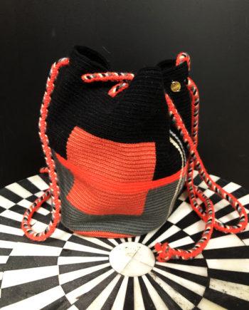 Sac mochila Wayuu tissée main coloré rose fluo, noir et gris