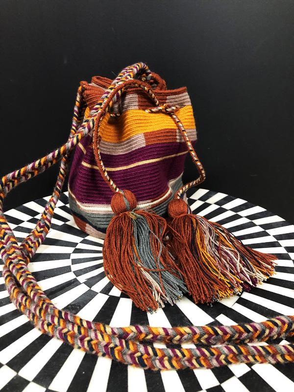 Sac mochila Wayuu tissée main coloré prune, jaune, gris et marron