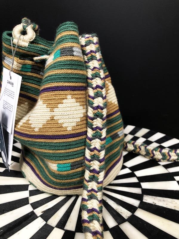 Sac mochila Wayuu tissée main coloré beige, vert et marron