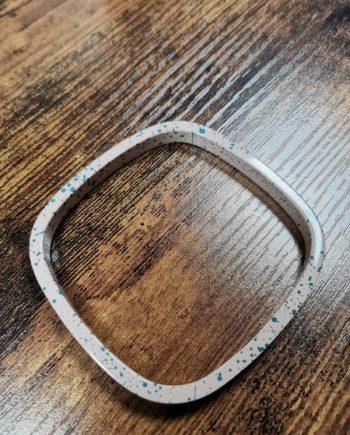 bracelet blanc cassé tâches bleu